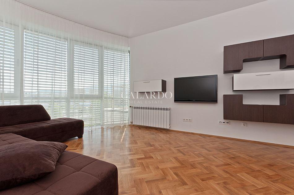Тристаен обзаведен апартамент в комплекс Есте