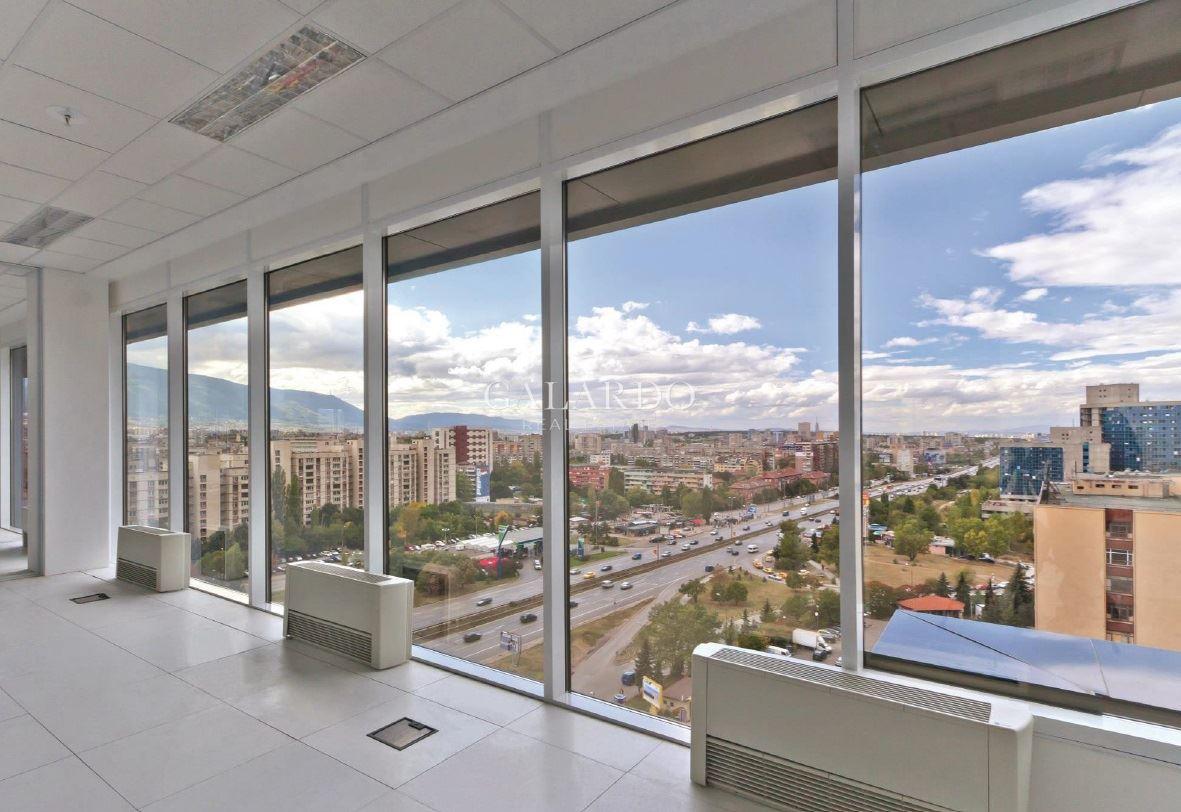 Просторен офис с хубава гледка към Витоша в луксозна офис сграда на