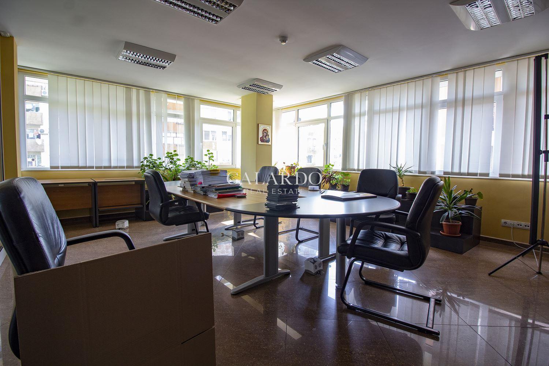 Самостоятелна офис сграда в кв.