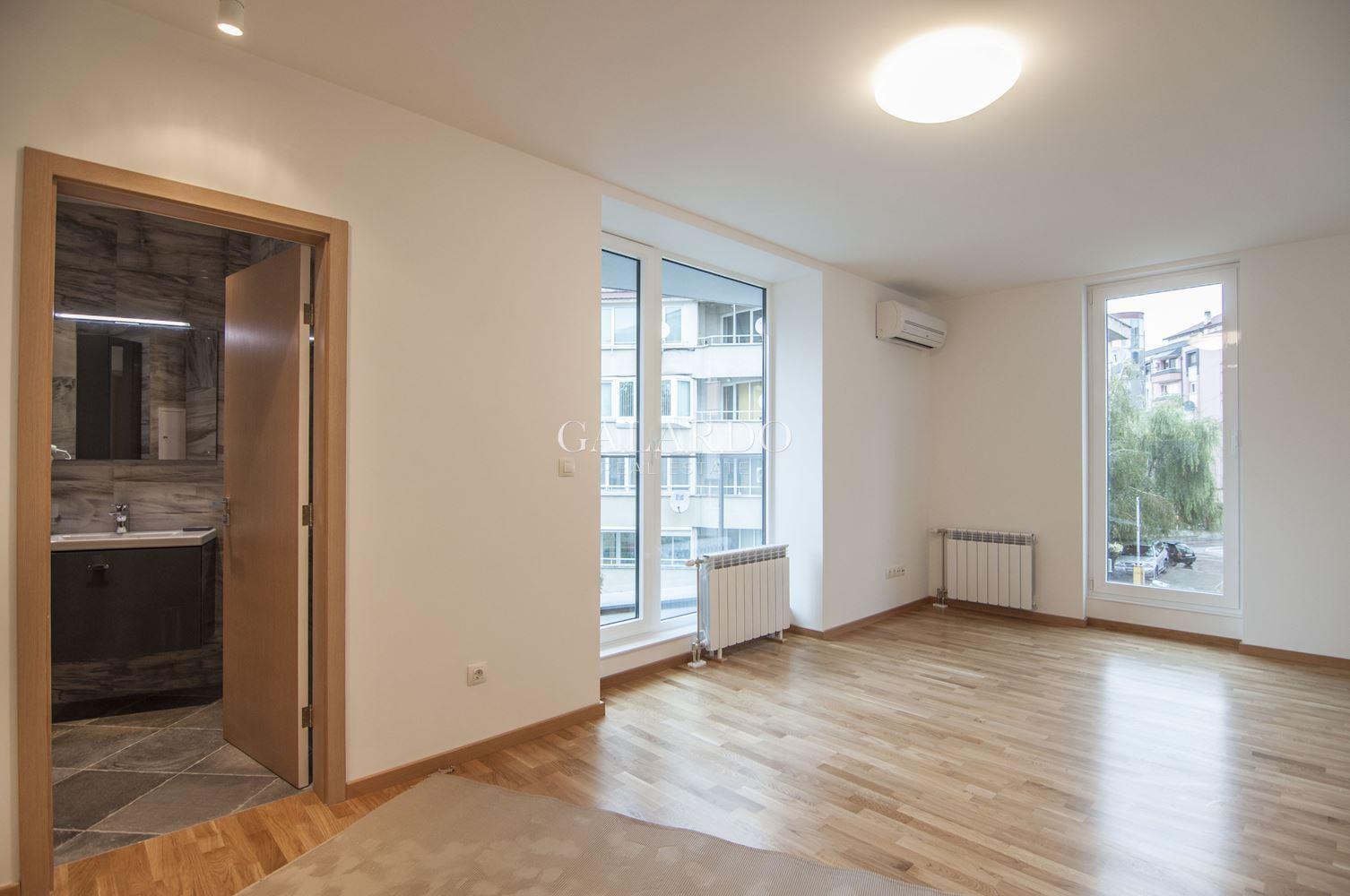 Стилен четиристаен апартамент до хотел Маринела