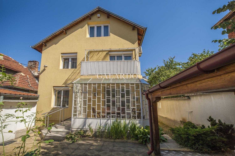Самостоятелна къща с гараж и паркомясто в кв. Редута
