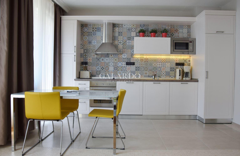 Дизайнерски светъл тристаен апартамент до НДК