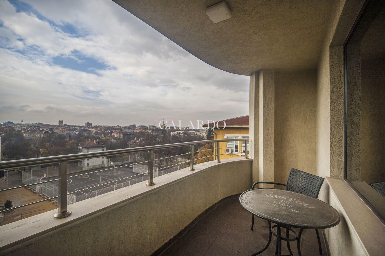 Обзаведен тристаен апартамент в представителна сграда до Докторски паметник