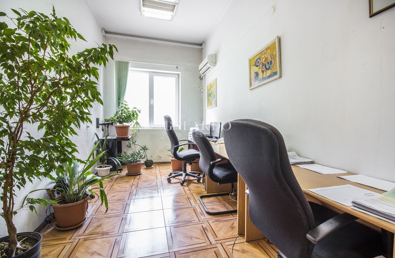 Чудесен офис до градинката на Кристал