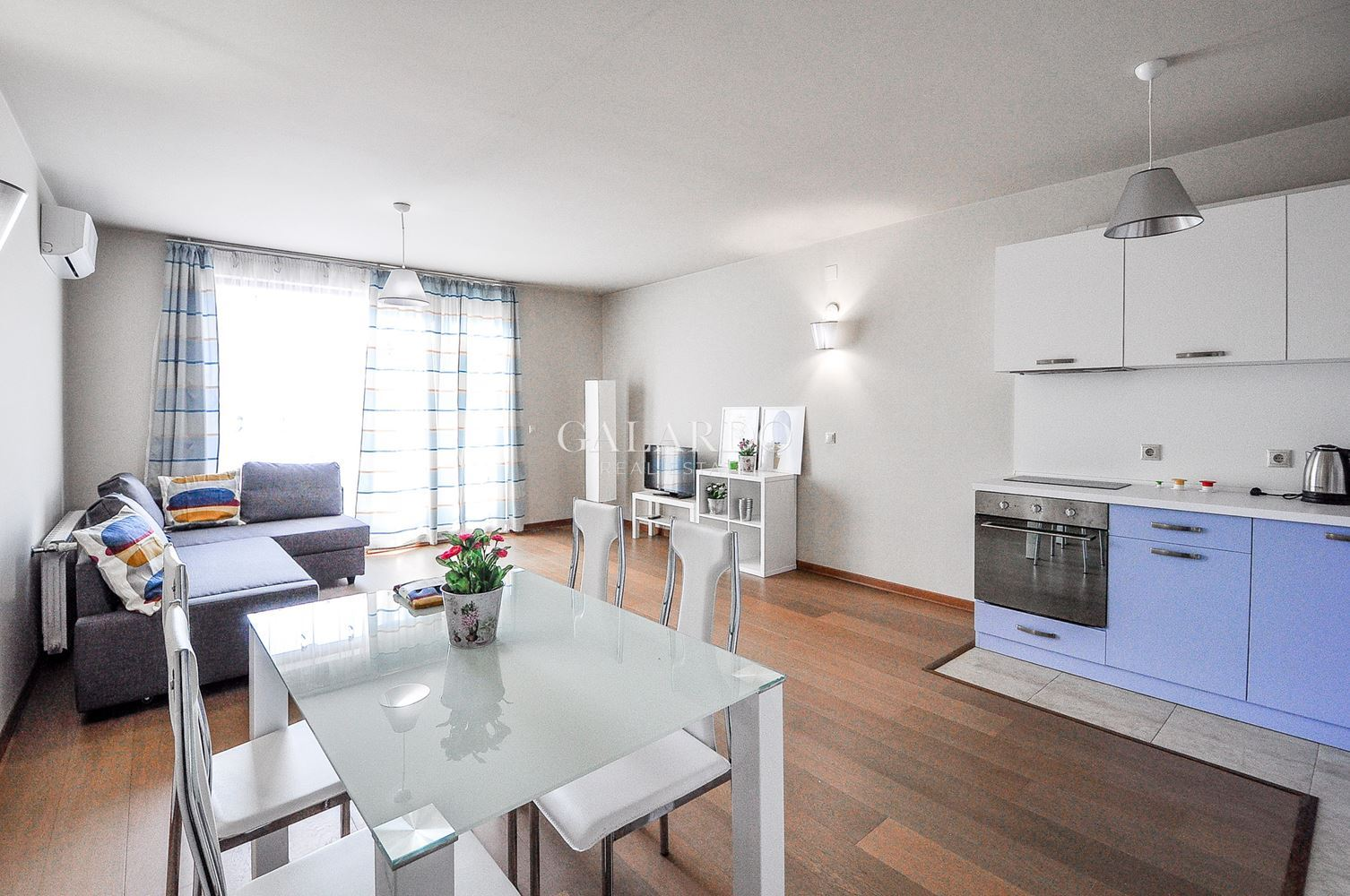 Комфортен апартамент до площад Лъвов мост