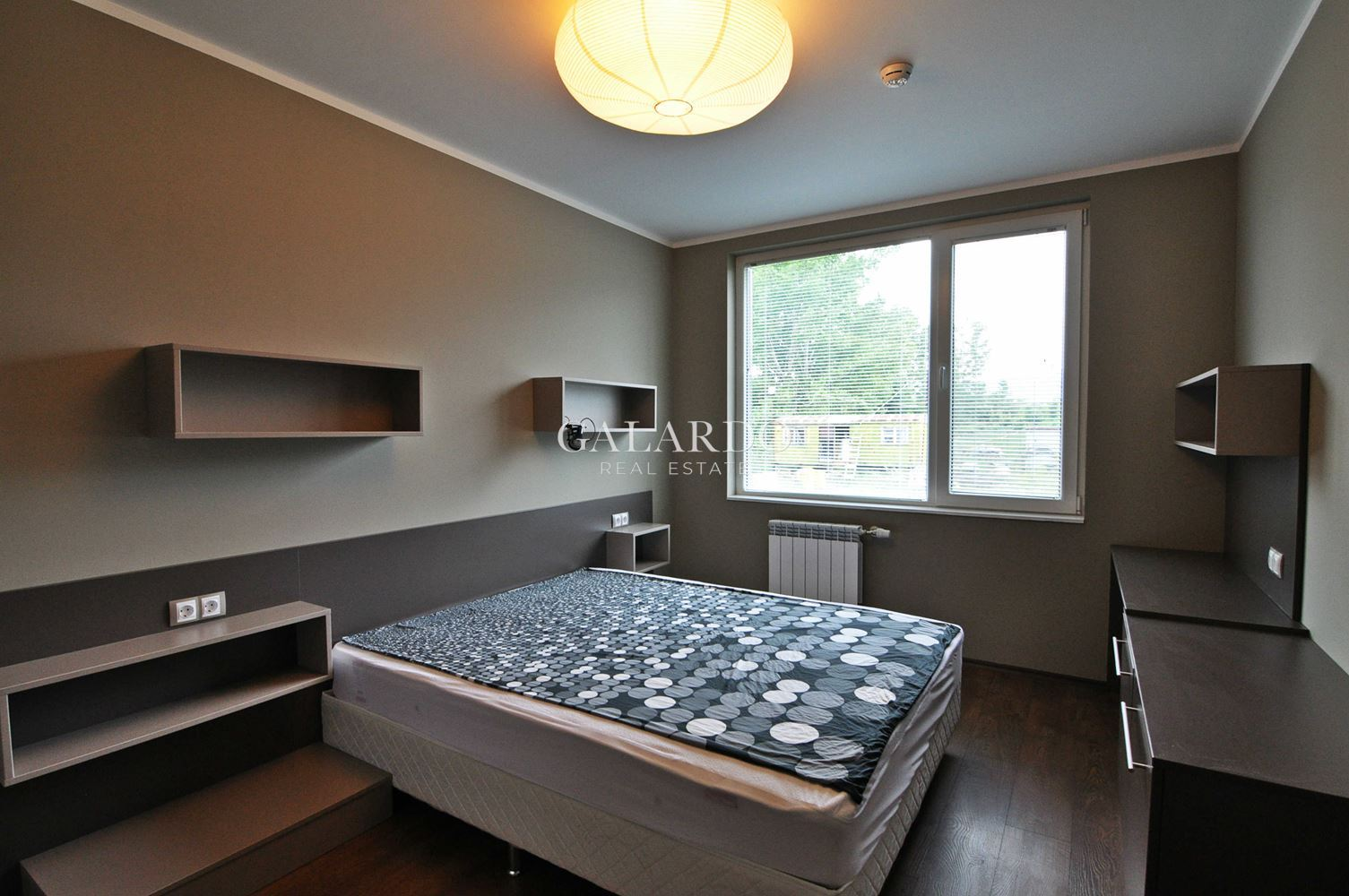 Слънчев апартамент с две спални в затворен комплекс до УНСС, Студентски град