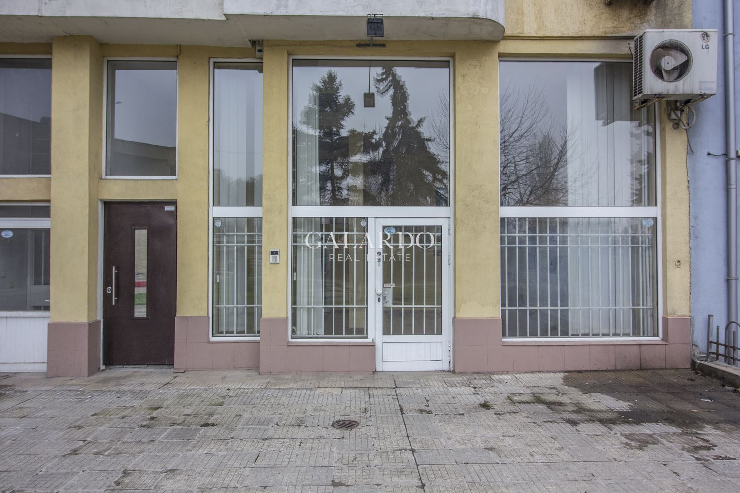 Shop facing two streets to Sitnyakovo Blvd.