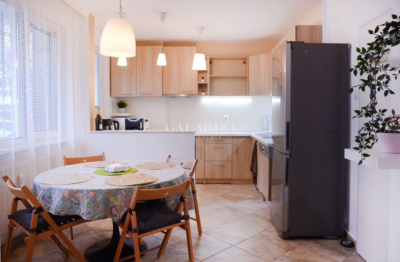 Слънчев обзаведен тристаен апартамент под наем в Оборище