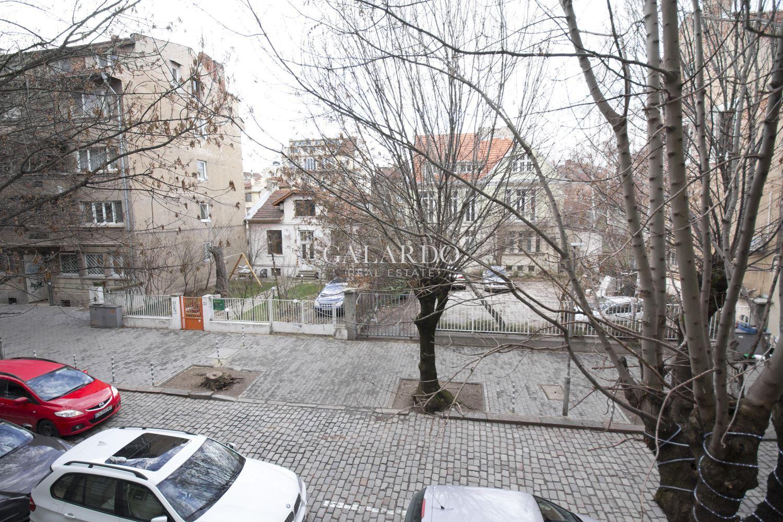 Просторен имот с три спални и тераса в Идеален Център