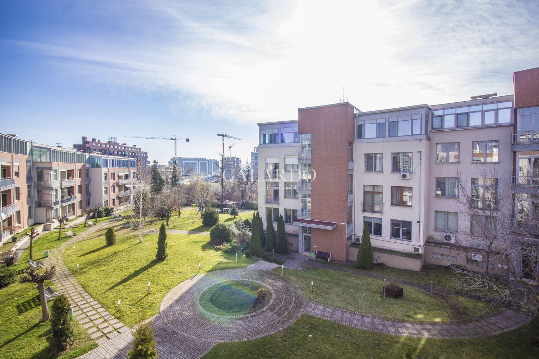 Слънчев и просторен апартамент в затворен комплекс