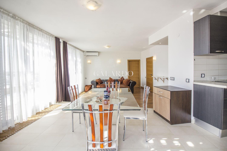 Просторен апартамент с чудесна панормна гледка в затворен комплекс