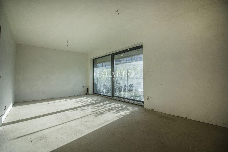 Апартамент с панорамна гледка и градина в ексклузивен затворен комплекс