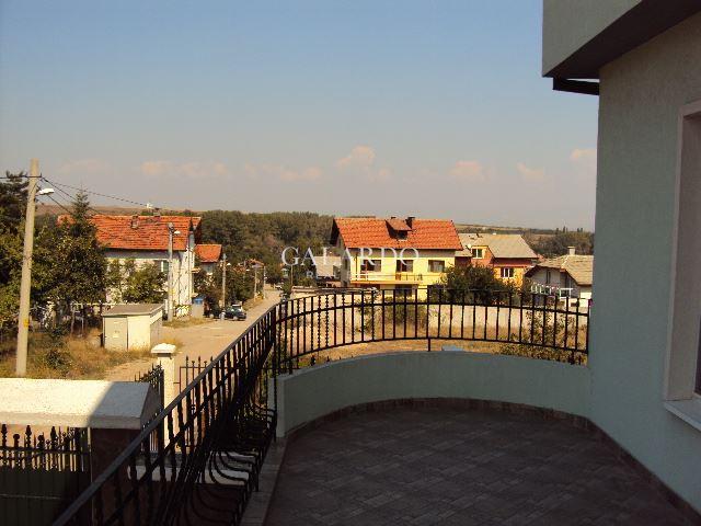 Къща с двор и красива гледка в кв. Банкя