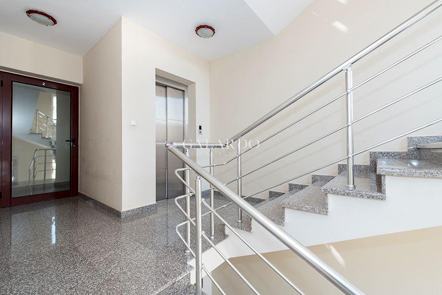 Просторен двустаен апартамент в луксозна сграда