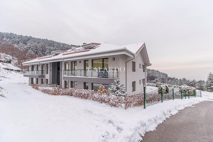 Апартамент с три спални и двор в затворен комплекс в кв. Бистрица